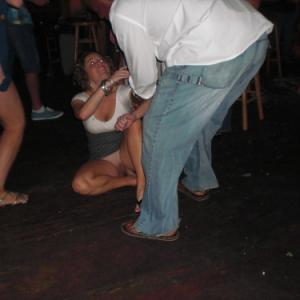 Oops! Une fille bourrée fait un ups...