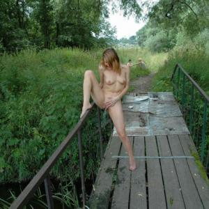 Fille exhib qui fait pipi sur un pont