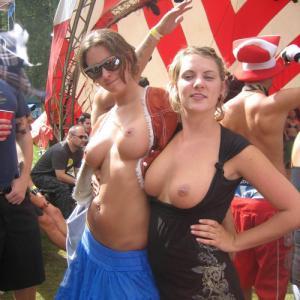 Seins a l'air au milieu d'un festival