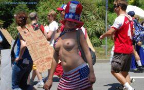 Belle salope exhibe ses seins dans la rue avec un uniforme original