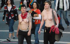 2 filles seins nus dans la rue pendant une manifestation
