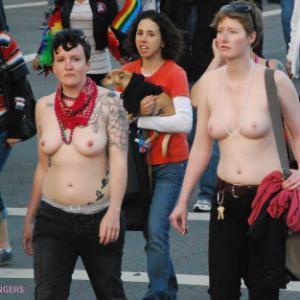 2 filles seins nus dans la rue pend...