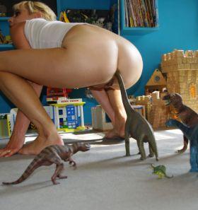 Cette femme aime s'enfiler des dinosaures dans le cul!