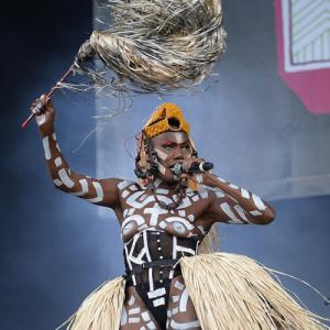 Grace Jones seins nus en concert