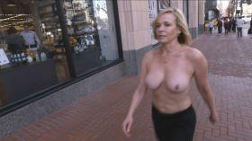 Photos exhib et GIF de Chelsea Handler seins nus dans la rue