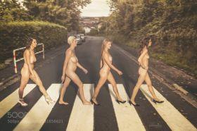 Photo de femmes nues sur un passage piéton comme les beatles