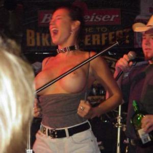 Photo d'une femme qui exhib ses gro...