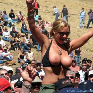 Superbe blonde à gros seins topless...