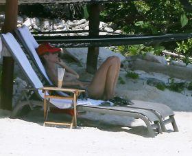 Heidi Klumtopless sur une plage mexicaine