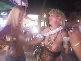 Video de filles bourrées qui montrent leurs seins et leur chatte dans la rue