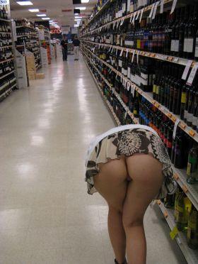 Sans gene, le cul a l'air au supermarché