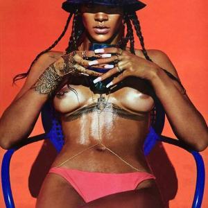 Rihanna pose encore seins nus