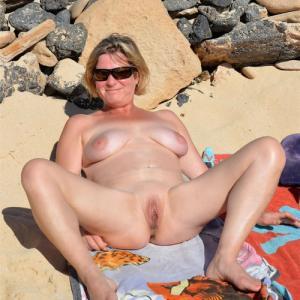 Ma femme s'exhibe nue sur une plage