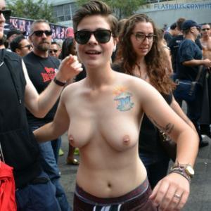 Fille aux seins nus dans la rue