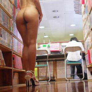 Elle s'exhibe nue dans une biblioth...