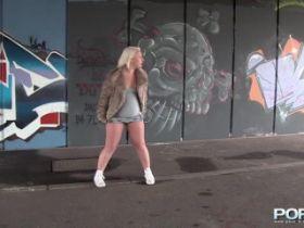 Video uro amateur: une femme mature blonde pisse en public