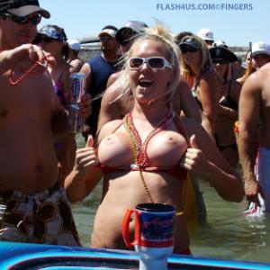 Belle blonde qui exhibe ses seins p...
