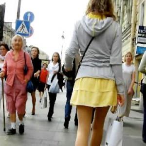 Upskirt voyeur en public