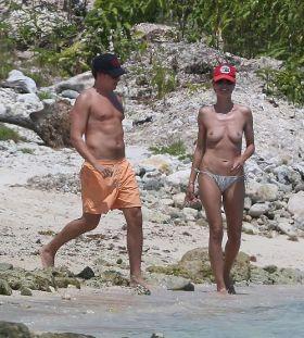 Heidi Klum, les seins a l'air sur la plage