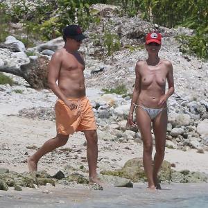 Heidi Klum, les seins a l'air sur l...