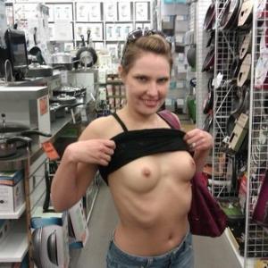 Sans gene, elle montre ses seins au...