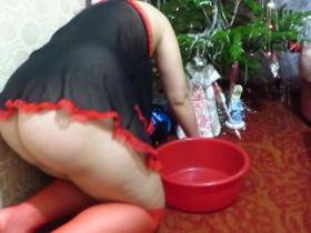 La mère noël pisse sur une boule de noël!