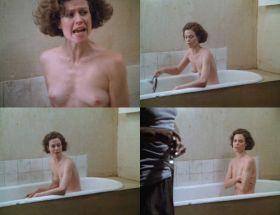 Sigourney Weaver nue dans son bain