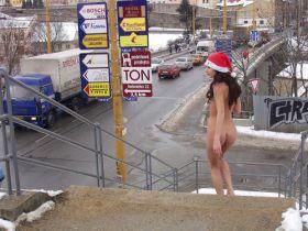 Nue dans la neige! Elle s'exhibe nue dans la rue