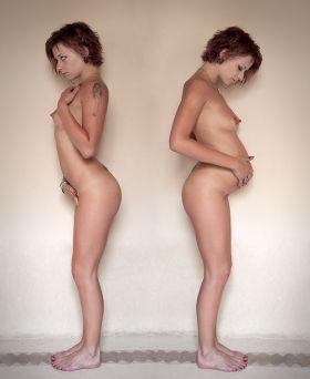 Photo d'une amatrice nue avant et pendant sa grossesse