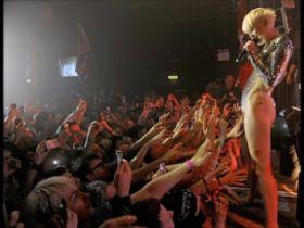 Video de Miley Cyrus autorise ses fans à lui toucher la chatte pendant les concerts