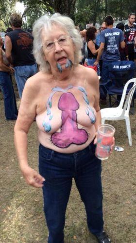 Mamie teste le body painting et montre ses seins dans un festival