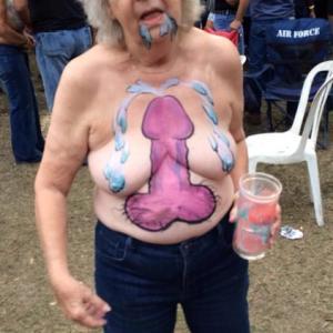 Mamie teste le body painting et mon...