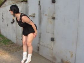 Video femme uro qui pisse dans la rue