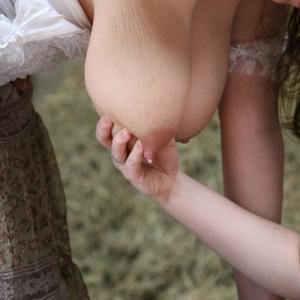 Photo d'une femme à gros seins qui ...