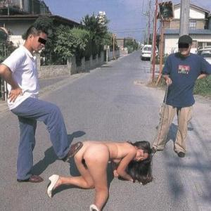 Deux hommes humilient une chienne s...