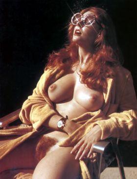 Photos d'une belle femme rousse a la chatte poilue qui s'exhibe nue