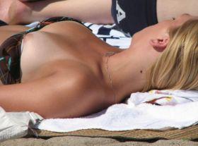 Photo volee d'un sein de ma coquine sur la plage