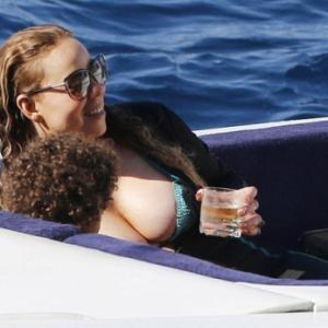 Oops! Les seins de Mariah Carey