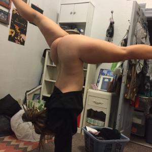 Ma femme fait le poirier nue sous s...