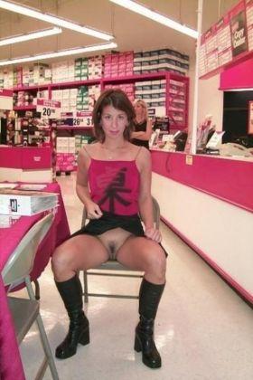 Sans culotte au magasin de chaussures