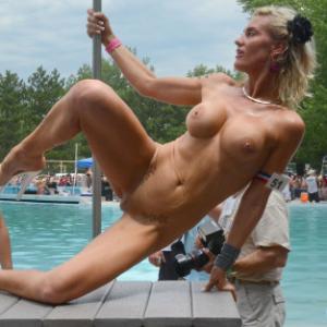 Cette blonde nue a gros seins fait ...