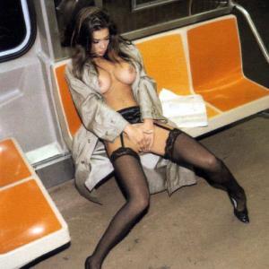 Fille bourrée et nue dans le tramwa...