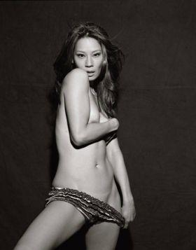 Lucy Liu très sexy sur cette photo où elle est presque nue
